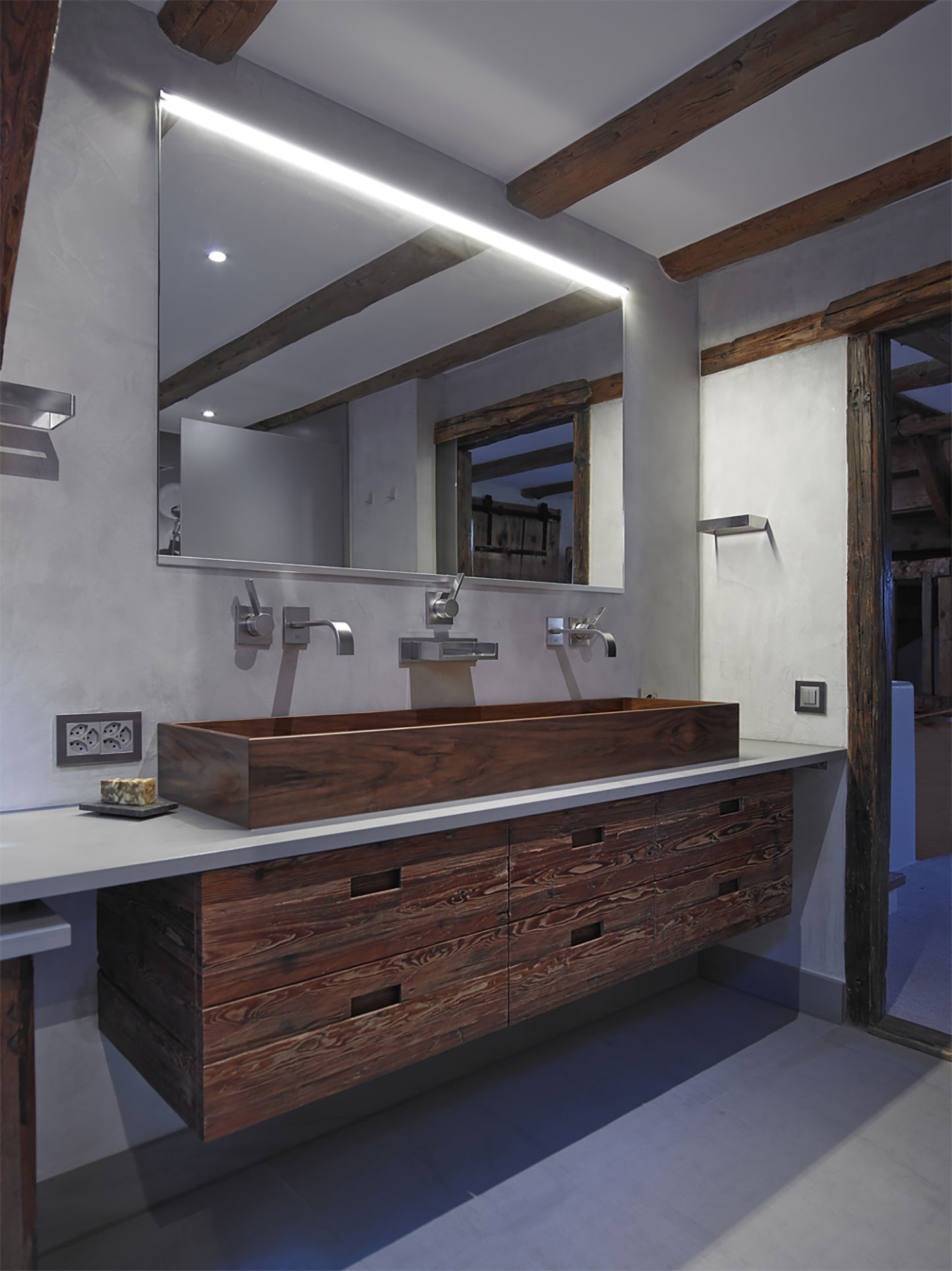 Image no. 4 of Baula bathtub and Kapai washbasin made in Walnut - Farmhouse in Switzerland